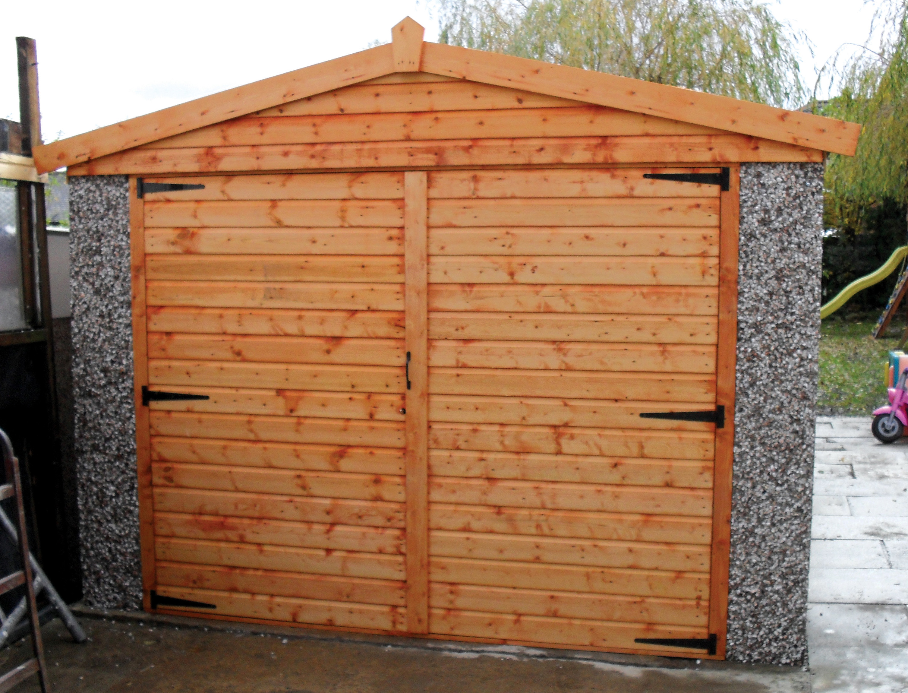 APEX GARAGE WITH TIMBER DOORS